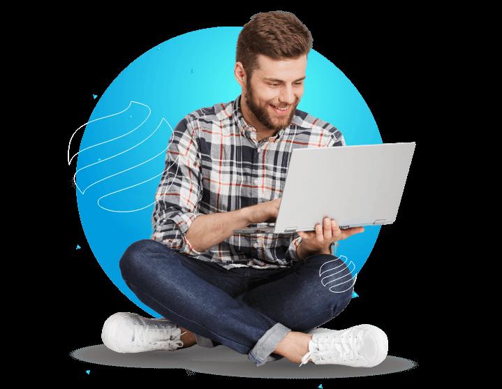 Homem sentado mexendo em um notebook.
