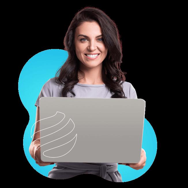 Mulher segurando um notebook aberto posicionado em sua frente. Logo da Apiki em primeiro plano.